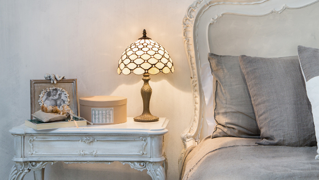Schlafzimmer Deko mit Retro Tischlampe