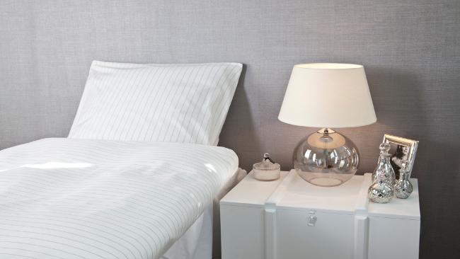 Schlafzimmer Deko mit Glastischlampe
