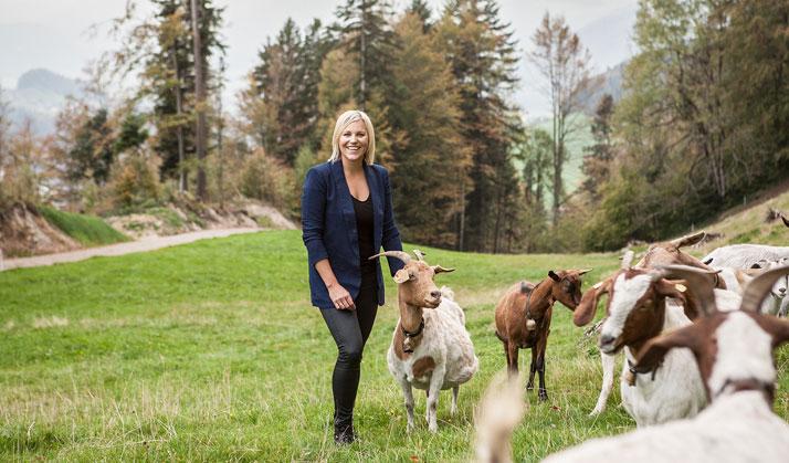 Brigitte Schwarz mit ihren Ziegen