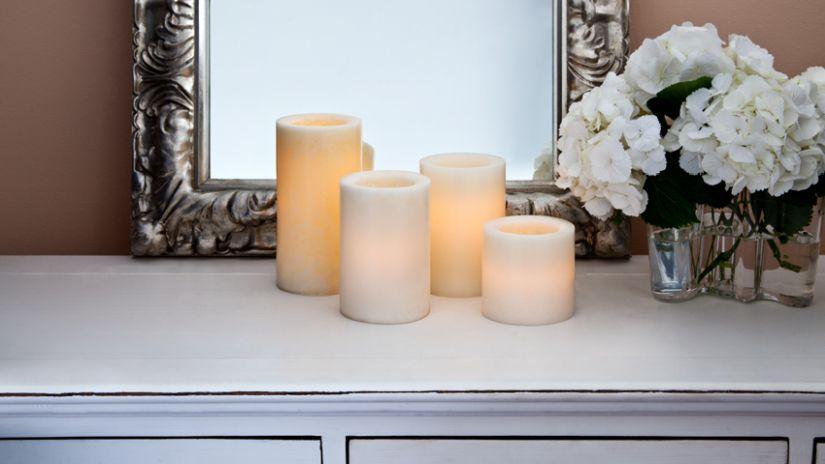 Quatre bougies LED blanches