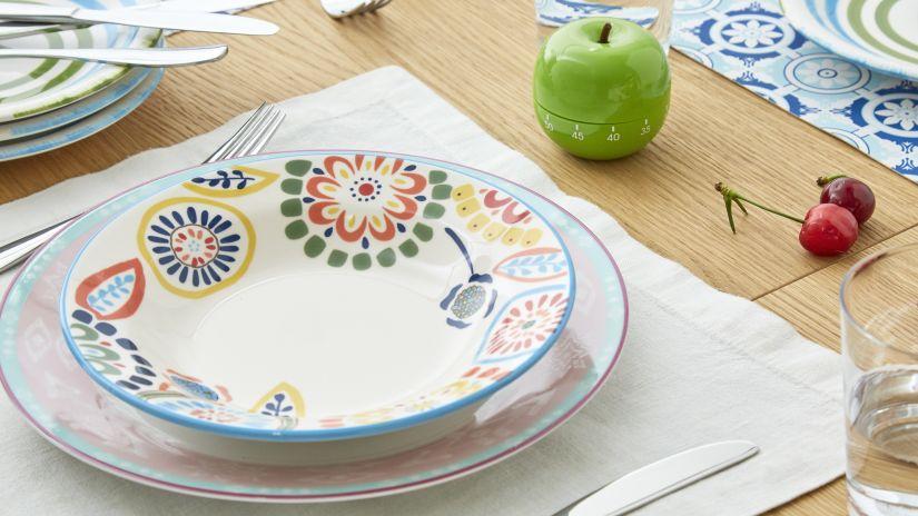 Assiette avec motifs floraux