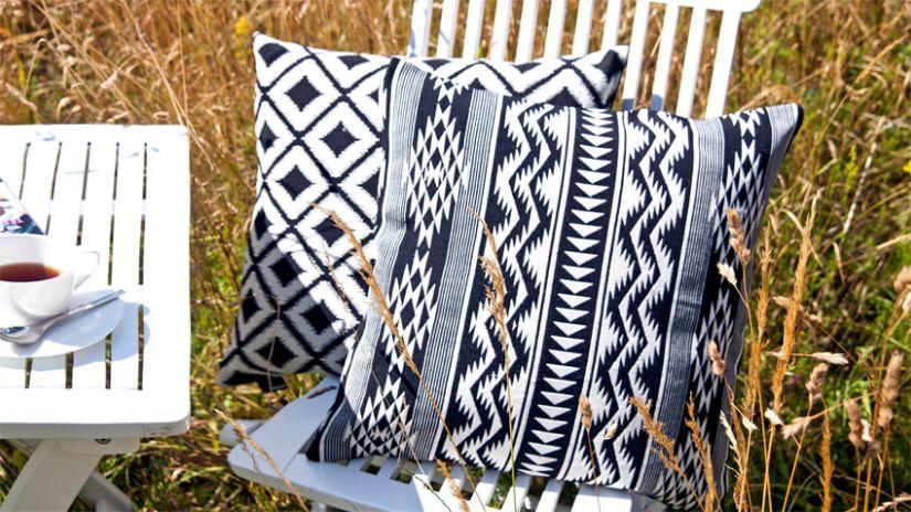 Housse de coussin à motifs noirs et blancs