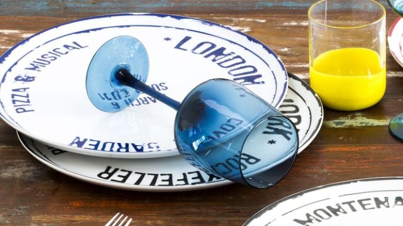 assiette bleue et blanche et verre bleu