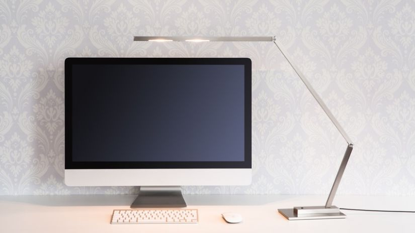 Bureau informatique design et lampe