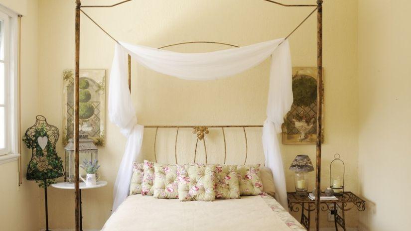 Ciel de lit voilage de couleur blanche
