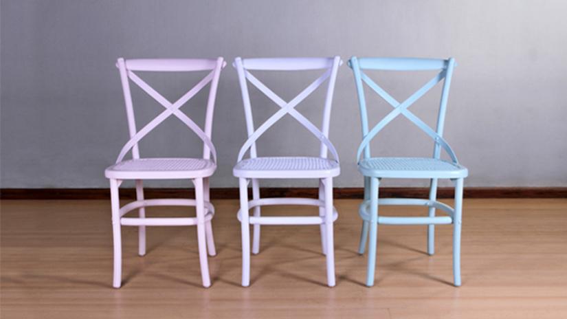 Chaise bleue en bois
