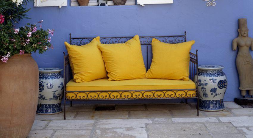 Coussin jaune une touche de couleur vive westwing - Coussin jaune et bleu ...