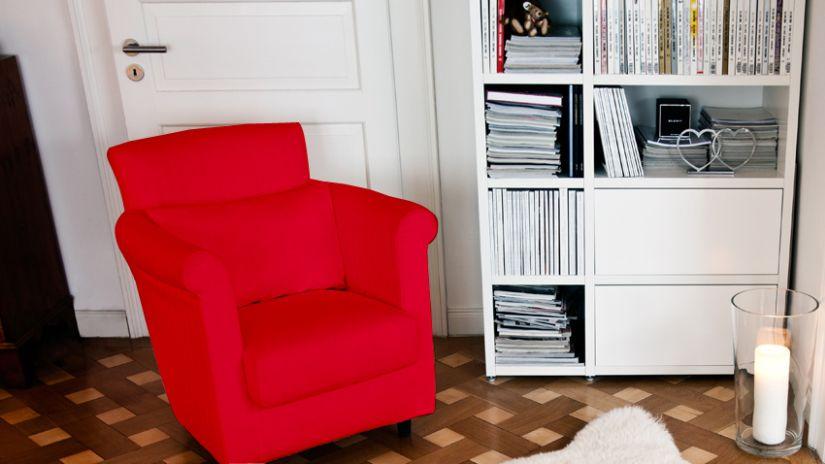 Grand fauteuil en tissu rouge