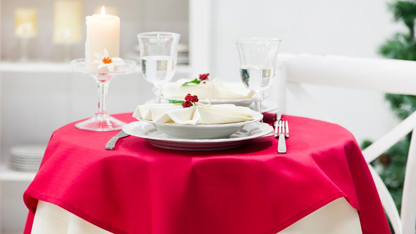 Nappe rouge et vaisselle blanche