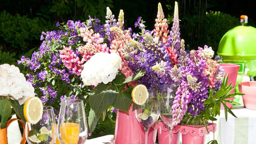 Vases roses en métal et en terre cuite