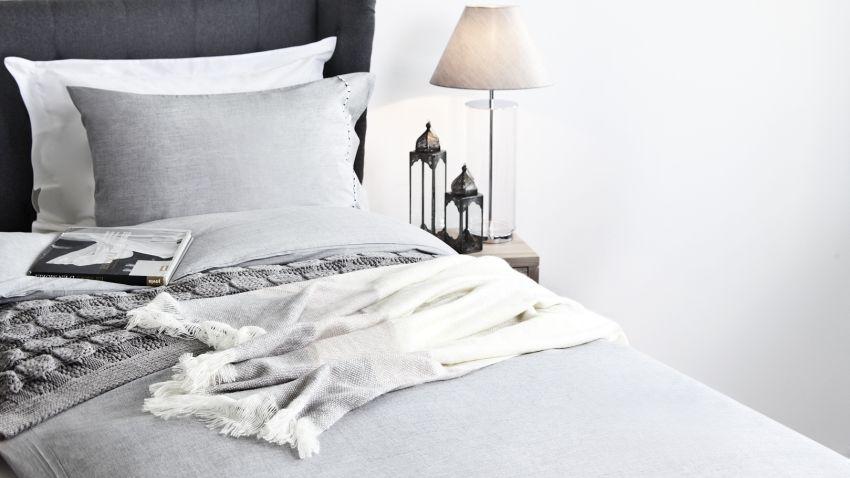 dessus de lit gris minimalisme et l gance westwing. Black Bedroom Furniture Sets. Home Design Ideas