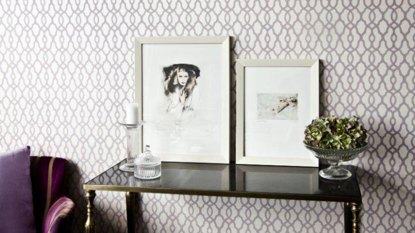 Table rectangulaire noire dans un salon