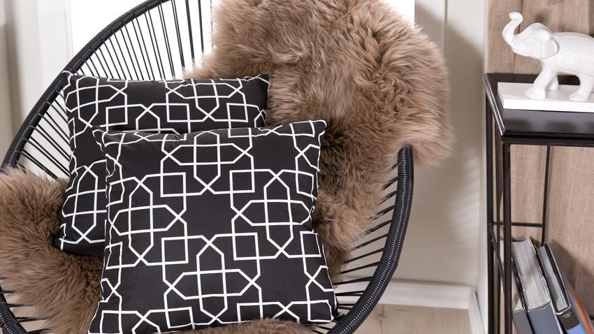 a la recherche d un coussin noir et blanc westwing. Black Bedroom Furniture Sets. Home Design Ideas