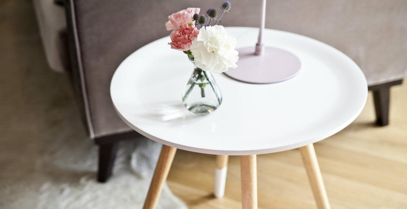 Tavolino bianco comodo e funzionale dalani e ora westwing - Tavolini da camera ...