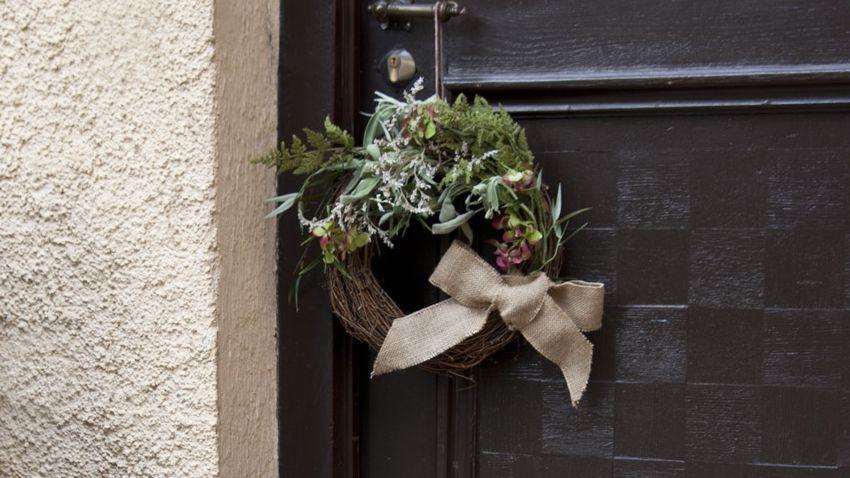 Ghirlanda natalizia per porta decorare con eleganza - Ghirlande per porte natalizie ...
