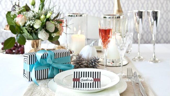 tavola di san valentino regalo calici vino fiori piatti