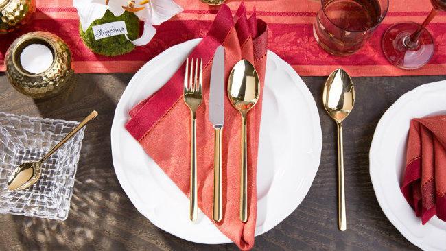 tavola di san valentino posate tovagliolo piatto candele