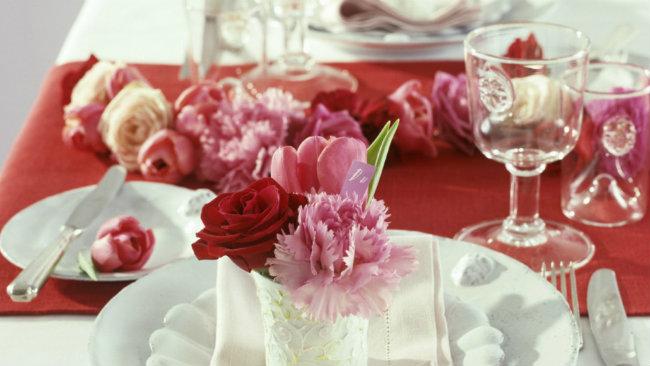 tavola di san valentino fiori bicchieri tovaglia