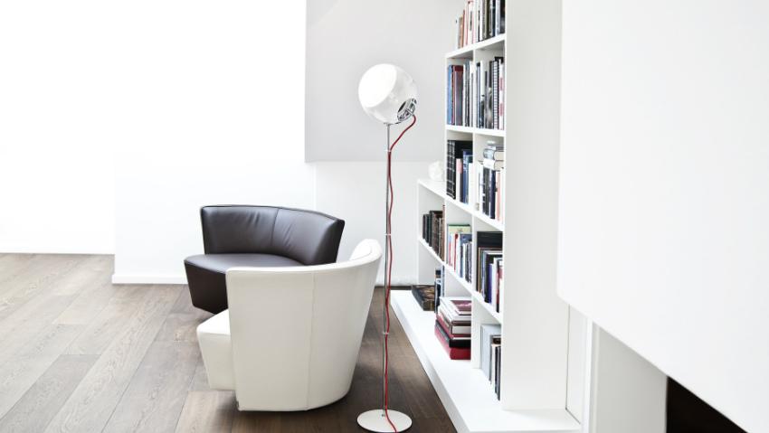 Libreria bianca ordine e luce in soggiorno dalani e ora for Libreria a muro bianca