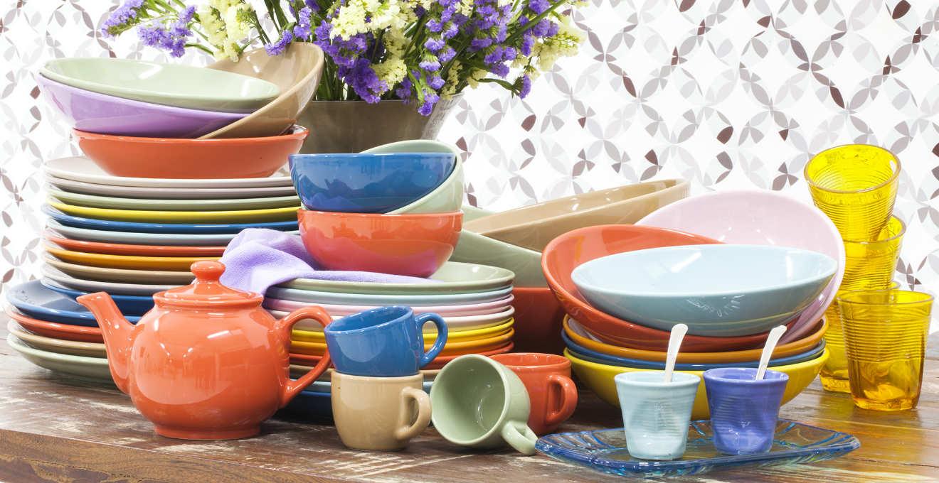 Ciotole colorate allegria a tinte vivaci in tavola - Stoviglie e utensili da cucina ...
