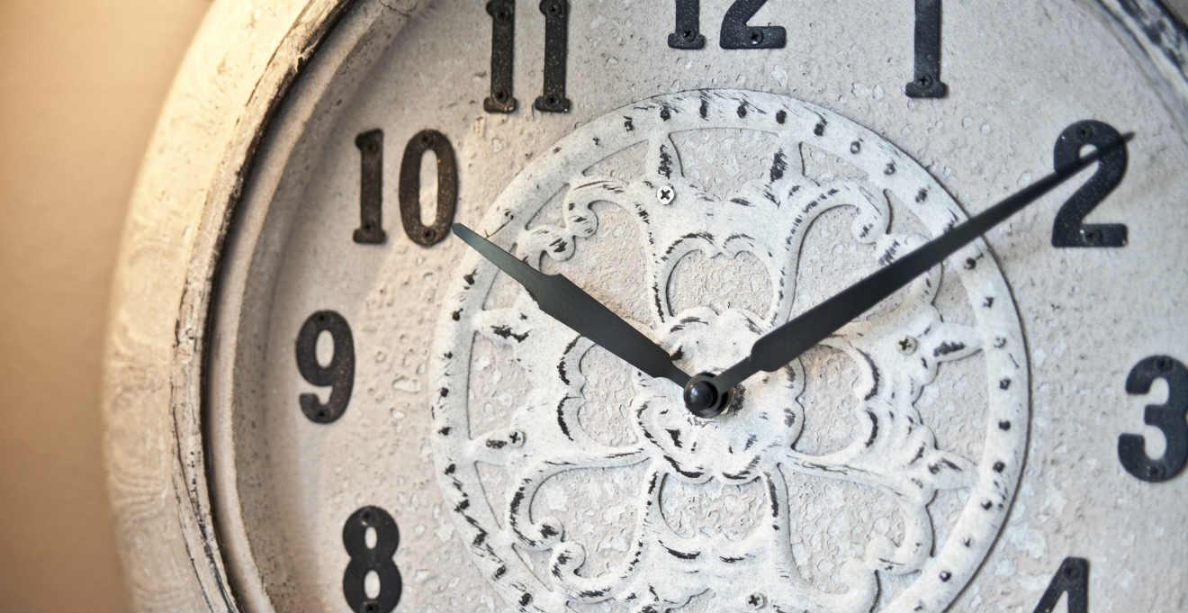 Orologi da parete shabby chic: romantici dettagli dalani e ora