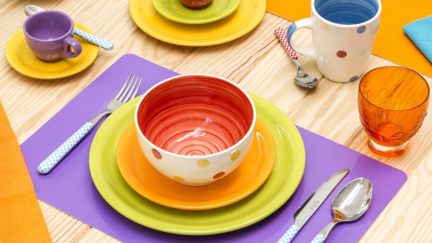servizio di piatti colorati mise en place arcobaleno