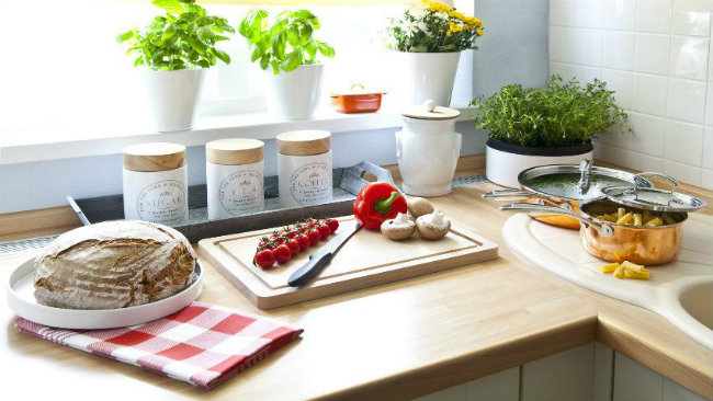 cucina piccola tagliere piantine vasetti