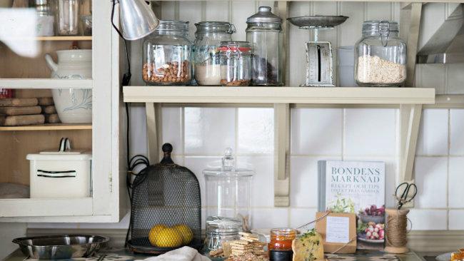 cucina piccola mensole portaspezie vasetti