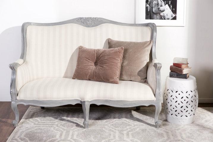 Divano in legno sof e poltrona rivestita in tessuto for Divano esterno legno
