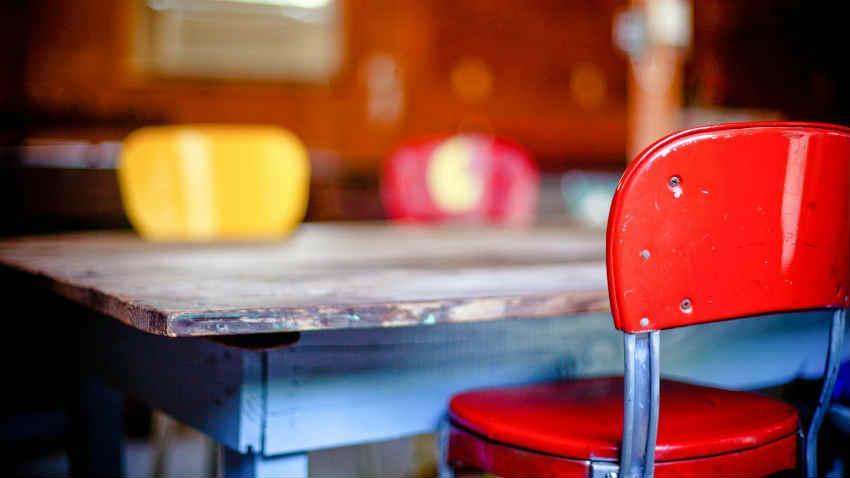 Sedie In Metallo Da Cucina : Via di tor fiorenza sgabelli e sedie si abbandonano in mezzo alla