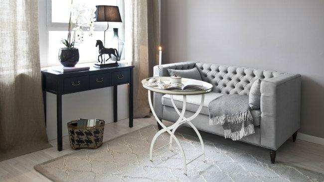 soggiorno grigio divano tavolino scrivania