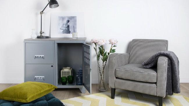 soggiorno grigio armadietto poltrona tappeto