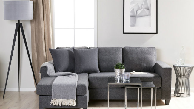 soggiorno grigio divano tavolino plaid