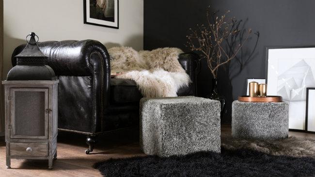 soggiorno grigio divano in pelle pouf tappeto