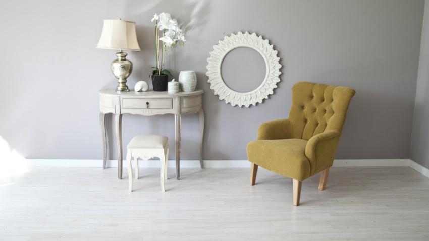 Sgabello in legno bianco