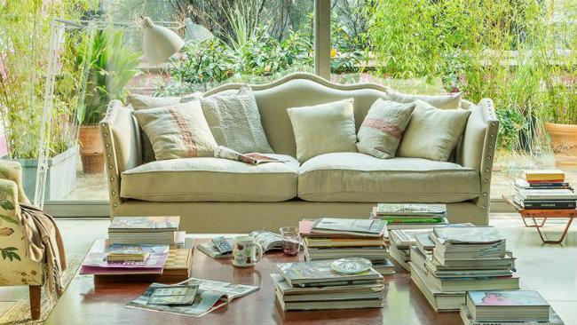 arredare la casa in campagna divano tavolino