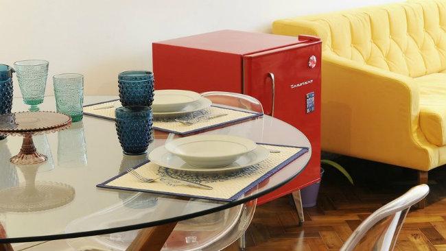 arredamento anni '50 frigorifero tavolo divano