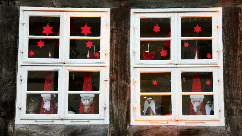 Addobbi natalizi per finestre colorati e divertenti dalani e ora westwing - Fare il cappotto interno alla casa ...