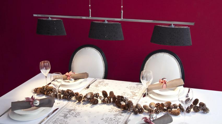 zwarte hanglampen boven witte eettafel