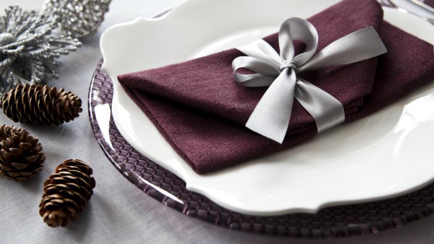 Kerst tafeldecoratie romantische tafelschikking zilver rood sierlijk