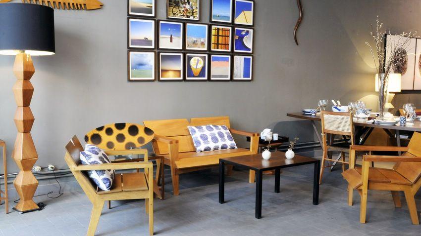 moderne staande houten lamp in moderne zithoek