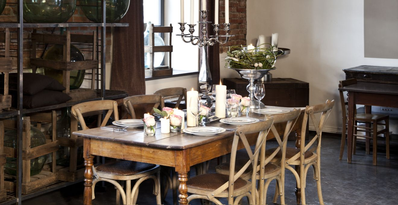 Etaleer al je servies in een teakhouten buffetkast westwing for Sala da pranzo traduzione inglese