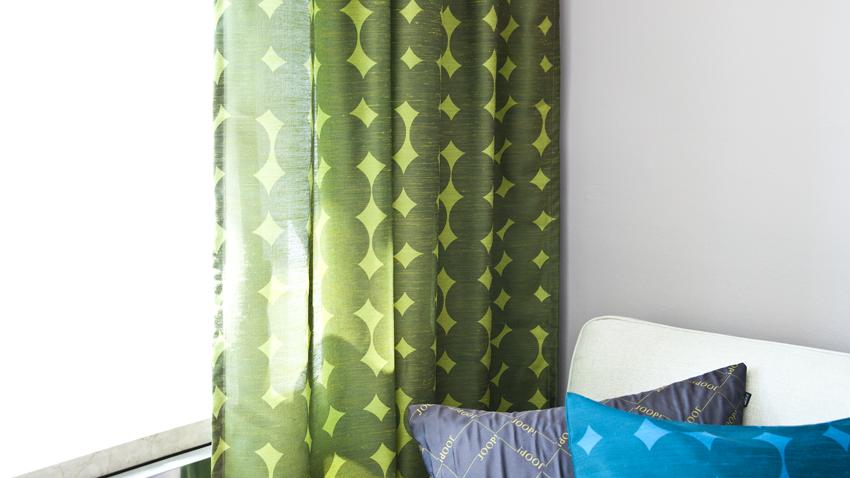 Een tropisch interieur met groene gordijnen | Westwing