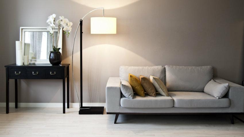 Een trendy zithoek met een zandkleurige bank | Westwing