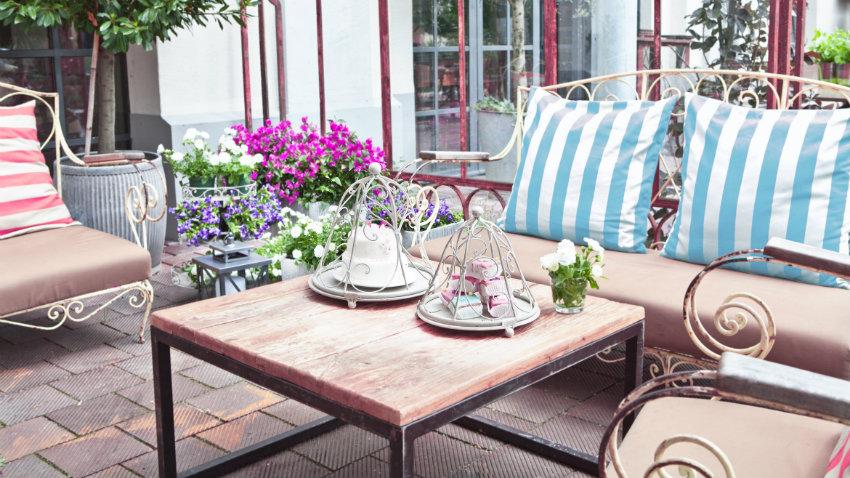 metalen tuinmeubelen romantische set kussens bloemen roze