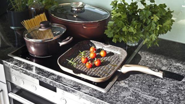 grijs composiet aanrechtblad met kookplaat
