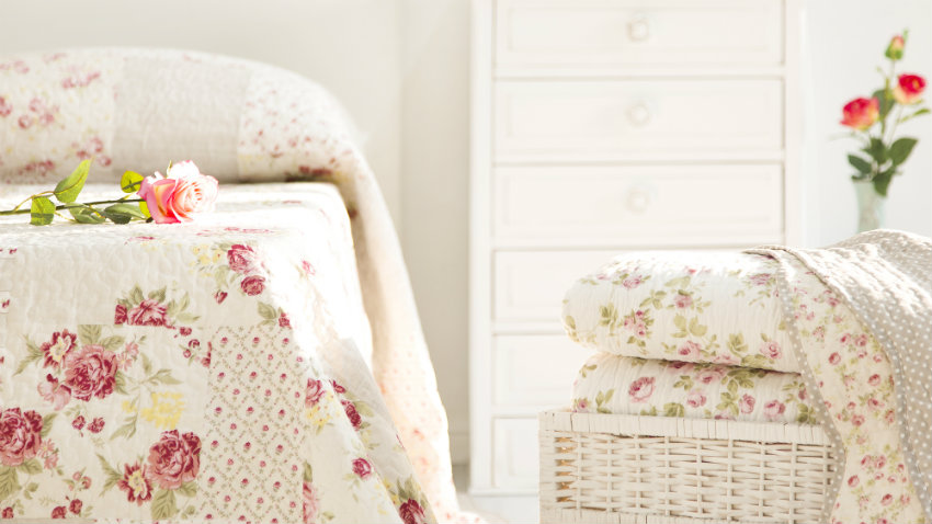 witte slaapkamer romantische stijl bloemmotief creme