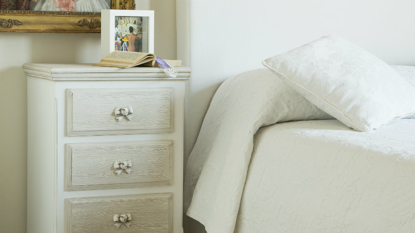 witte slaapkamer klassieke inrichting fotolijsten kast