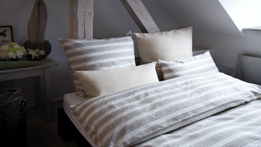 witte slaapkamer grijstinten modern strakke indeling bijzettafel