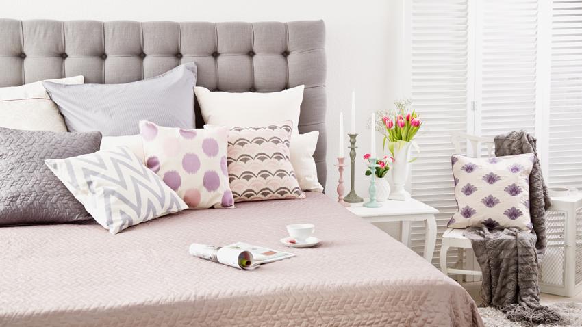 witte slaapkamer klassieke inrichting licht roze pastel kussens bloemen